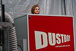 """Eine Frau schaut über einen roten Kasten mit der Aufschrift """"Dustboy"""""""