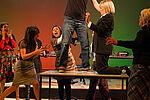 Der Bürobote tanzt auf dem Tisch, die Sekretärinnen umringen ihn