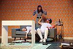 Jennifer Böhm als Elisabeth liegt, Marko Gebbert als Hauke sitzt auf der Couch, dahinter steht Yvonne Ruprecht als Sabine.