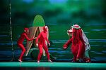 Samuel Chan als Gurilla mit den Makaken Clara Brauer und Caroline Klein spielend