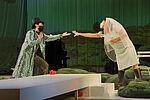 César Cortéz als Graf Belfiore und Mariasole Mainini als Sandrina, die Hände nach einander austreckend