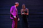 Anne Rohde als Mephisto reicht Imanuel Humm als Faust ein Schmuckkästchen durch die Wand aus elastischen Bändern.
