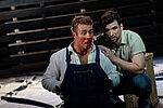 Ein Mann hockt hinter seinem blutverschmierten Compagnon