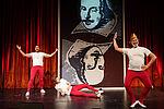 3 Männer in roten Strumpfhosen und weißen T-Shirts, einer trägt eine Krone