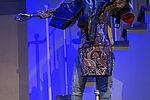 Simon Burghart als James steht hinter einer Schaufensterpuppe
