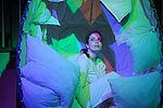 Patricia Windhab als Gregor Samsa in einem weißen Kokon sitzend