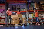 Marko Gebbert als Udo Fugendübel, Tony Marossek als Benni und Jennifer Böhm als Gabi Stender räumen eine Palette mit Kartons ab.