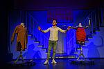 Simon Burghart als James steht zwischen zwei Schaufensterpuppen, die Arme von sich nach oben gehoben