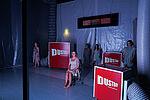 """4 Frauen und ein Mann vor roten Kästen mit der Aufschrift """"Dustboy"""""""