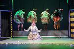 Yvonne Ruprecht als Witwe Bolte klagt auf ihren Knien, während die Hühner ihr den Rücken zudrehen.