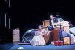 Yvonne Ruprecht als Hanna sitzt im Hochzeitskleid in einem Sessel, Marko Gebbert als Faber steht hinter ihr.