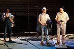 Drei Männer in Arbeiterkleidung unterhalten sich