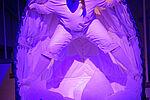 Patricia Windhab als Gregor Samsa in einem weißen Kokon stehend