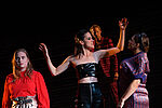 Anne Rohde als Mephisto verzaubert Tiffany Köberich als Gretchen und Yvonne Ruprecht als Marthe, im Hintergrund steht Imanuel Humm als Faust.