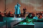 Mariasole Mainini als Sandrina auf einem Stein liegend, im Hintergrund das Philharmonische Orchester