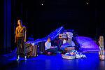 Eva Kewer als Reisebekanntschaft steht am Bühnenrand, Marko Gebbert als Faber sitzt auf einem Hocker.
