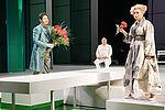 Vigdis Bergitte Unsgård als Arminda, César Cortéz als Graf Belfiore mit einem Strauß Rosen vor ihr kniend