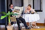 Zacharias Preen als Toby und Isabel Baumert als Celia sitzen am Frühstückstisch, er liest Zeitung.