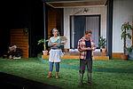 Zacharias Preen als Lionel notiert sich etwas, während sich Isabel Baumert als Sylvie als von ihm abwendet.
