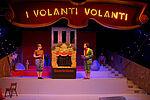 Patricia Windhab als Enrico und Simon Burghart als Pinnochio neben einem Puppentheater stehend
