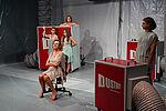 Vier Frauen und ein Mann mit auffälligem Make-Up und Kleidern in Pastelltönen
