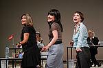 Ein Trio von Sekretärinnen singt und tanzt in Formation