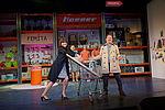Yvonne Ruprecht als Sabine und Zacharias Preen als Ringo stehen mit ihrem Einkaufswagen in der Bühnenmitte.