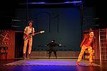 Gustavs Gailus als Max spielt Gitarre, Eva Kewer als Moritz singt, Christian Kämpfer als Lehrer Lämpel dreht ihnen den Rücken zu.