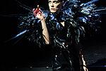Anne Rohde als Mephisto mit Federkostüm hält ein Fläschchen Gift.