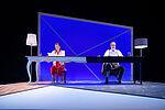 Jennifer Böhm als Melissa und Christian Kämpfer als Andrew sitzen an einem langen Tisch.