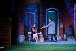 Isabel Baumert als Celia sitzt auf einer Bank, Zacharias Preen als Toby reicht ihr eine Karte.