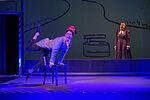 Anne Rohde als Schneider Böck tanzt mit einem Stuhl, im Hintergrund steht Yvonne Ruprecht als Frau Böck.