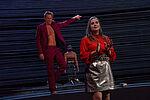 Imanuel Humm als Faust spricht Tiffany Köberich als Gretchen von hinten an.