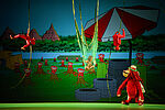Samuel Chan als Gurilla, Makaken von der Decke hängend, gespielt von den Akrobatinnen Clara Brauer und Caroline Klein, Mengqi Zhang als Mowgliim Netz hängend