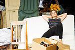 Eva Kewer als Sabeth liegt auf einer Matratze und träumt.
