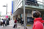 Vereinzelte Menschen mit Kopfhörern in einer Straße in der Kieler Innenstadt