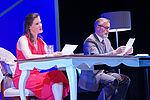 Jennifer Böhm als Melissa und Christian Kämpfer als Andrew sitzen an einem langen Tisch und lesen.