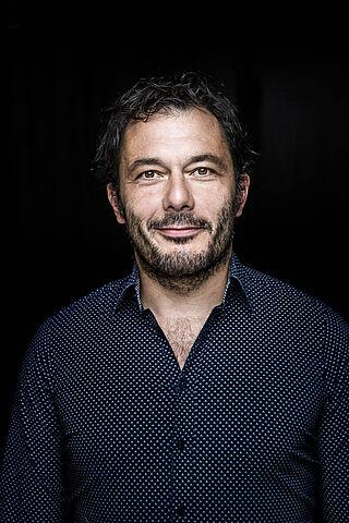 Porträt des Schauspielers Marko Gebbert.