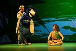 Mengqi Zhang als Mowgli mit Hannes Öberg, der die Puppe von Baloo den Bären spielt