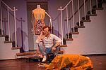 Simon Burghart als James sitzt telefonierend zwischen zwei Treppenaufgängen und vor einer Schaufensterpuppe