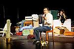 Marko Gebbert als Faber sitzt vorne auf einem Stuhl und erzählt, Eva Kewer als Sabeth sitzt hinten auf einer Matratze und hört zu.