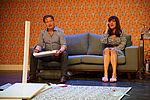 Zacharias Preen als Ringo und Yvonne Ruprecht als Sabine sitzen auf einer Couch.
